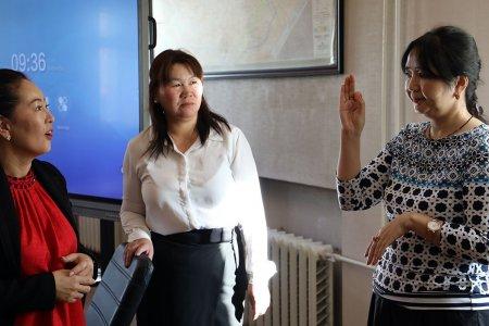 Улсын бүртгэлийн байгууллагын албан хаагчид дохионы хэлний анхан шатны мэдлэг олгох сургалтанд хамрагдаж байна